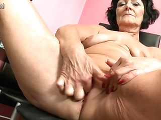 Horny Older Lady Playing With Her Hairless Beaver - Maturenl
